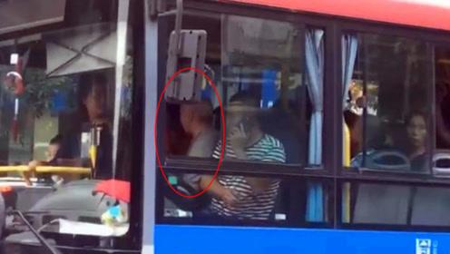 大爷酒后乘公交车无座 竟蛮横抢夺司机位置