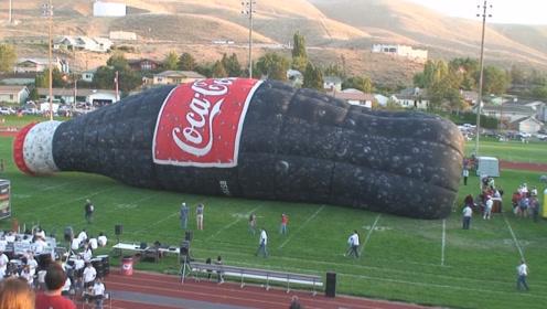 """国外""""惊现""""30米高的巨无霸可乐!你见过吗?看着都有点恐慌!"""