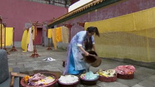 小宫女给各宫妃嫔洗衣服,竟直接下脚踩,竟惹事被打三十大板!