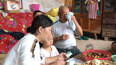 中秋节农村儿媳给公婆买了啥?本是高兴事公婆却掉下眼泪,啥情况