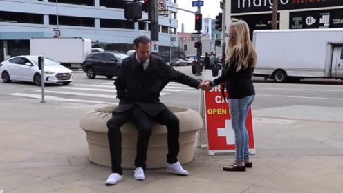 """拥有""""三条腿""""的男人,在街上引围观,路过女子""""开眼""""了"""