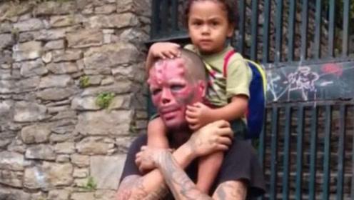 男子重金整容成红骷髅,不惜割掉鼻子耳朵,人群中如同一个怪物