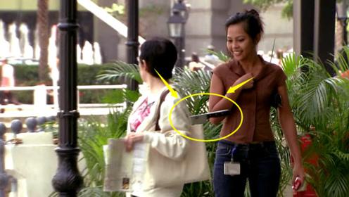 女子背后插着一把水果刀自己却全然不知,路人看到,吓得不敢说话