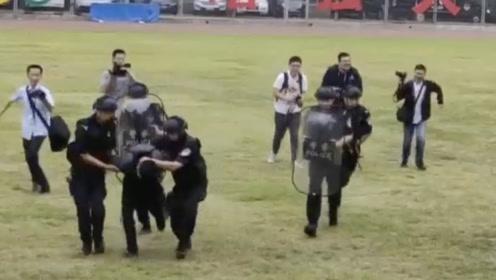 """北京通州学校反恐演练 对付持棒""""歹徒"""" 特警只用一分钟"""