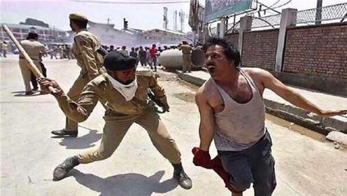 为什么印度警察都不配枪,只用一根木棍执法?今天算是开眼界了