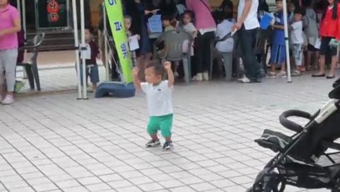 把小宝宝给奶奶带,小娃秒变广场舞小王子,绝对是整条街最靓的仔