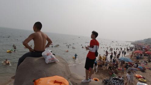 北戴河最著名的渔场之一:海滨浴场,游人下水玩得真痛快!