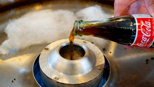 国外小哥用可乐制作棉花糖,液体如何得到松软的棉花糖?