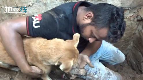 感动!小奶狗被埋废墟 狗妈妈冲上前拼命帮救援人员刨土救孩子