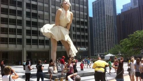 耗资500万,这雕像建成1年就被拆除,只因游客这种行为?