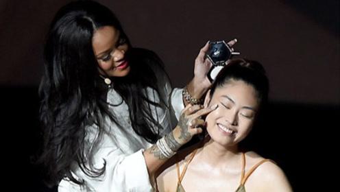 真美妆博主!蕾哈娜韩国出席活动亲手为模特化妆