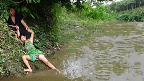 柬埔寨夫妻下田捕鱼,钻出树洞有意外收获,直接抓来烤着吃真香