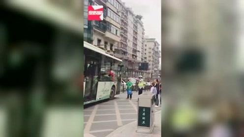 四川一大妈没赶上公交,将公交逼停拍门叫嚣,造成交通堵塞