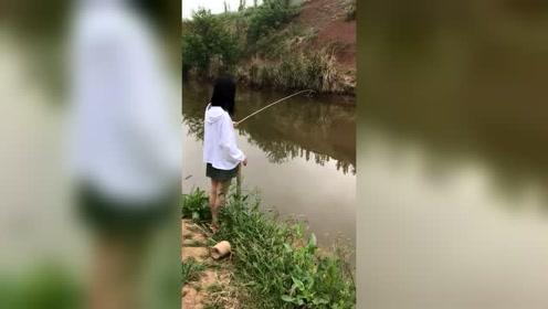 偶偶小姐姐钓鱼,看背影就感觉很漂亮,真想一睹正容!
