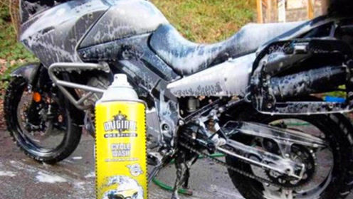 国外小伙洗车顺便自己洗个澡,这种的洗车店,老板居然没关门!