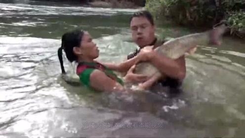 荒野生活:女子和表哥抓到大野鱼,就地烤着吃,开眼界了