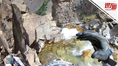 头盔视角:摩托车手冲下20米高悬崖 坠入水中奇迹生还