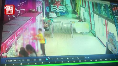儿童乐园娃娃机丢失4只毛绒玩具 监控显示家长掩护孩子行动