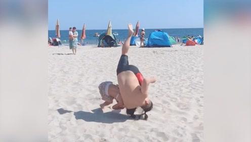 7岁柔道萌娃沙滩上猛摔160斤父亲!网友:中国版摔跤吧爸爸!