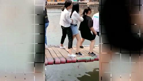 网红桥上的一幕,穿黑裤子的美女,你手放哪里了,不嫌尴尬吗?