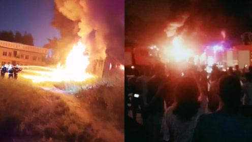 广西钦州一仓库突发大火,目击者:好大的火好大的烟