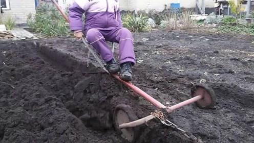"""70岁老汉发明高效""""犁地机"""",一天可犁5亩地,成本30元不到"""