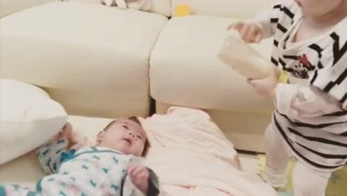 14个月小姐姐帮忙给弟弟喂奶,奶瓶都拿不好,太逗了!