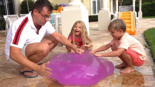 兄妹俩趁着爸爸打瞌睡,偷跑出去玩水球,被爸爸抓个现行!
