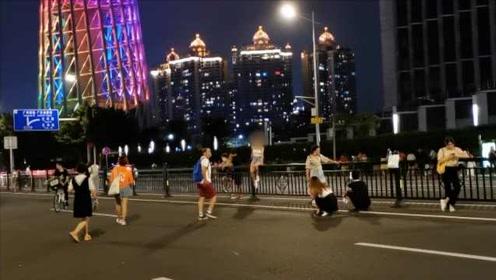 游客蜂拥广州塔打卡致交通乱象:横穿马路闯红灯,坐护栏拍照