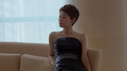 马伊琍侧倚沙发姿态妩媚 秀直角肩一字锁骨性感迷人