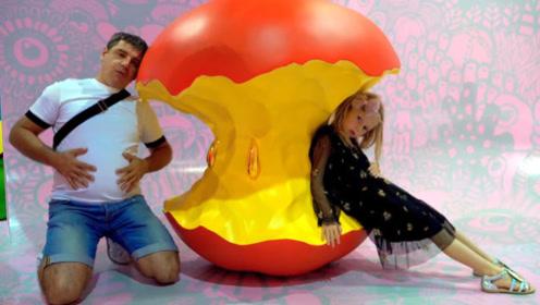 小萝莉想吃苹果,爸爸带她来到一神奇圣地,吃到了巨大苹果!