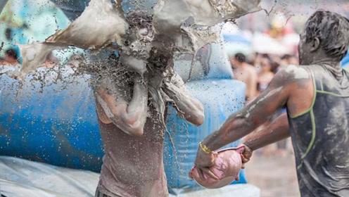 """世界最""""埋汰""""的狂欢节,男女之间狂泼泥浆,疯狂程度不敢想象!"""