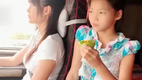 货车女司机跑高速,竟和女儿在车里嬉戏玩耍,太危险了!