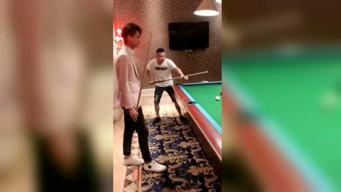 许华升和好兄弟打桌球,全程一个球也没打进,太尴尬了