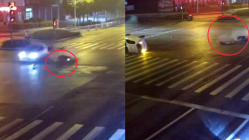 """电动车""""随意""""闯红灯被撞 女司机错把油门当刹车 电动车全责"""