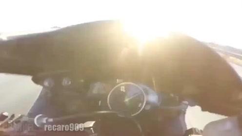 骑手故意放慢速度等待警察,下一秒却猛加油门,逃之夭夭