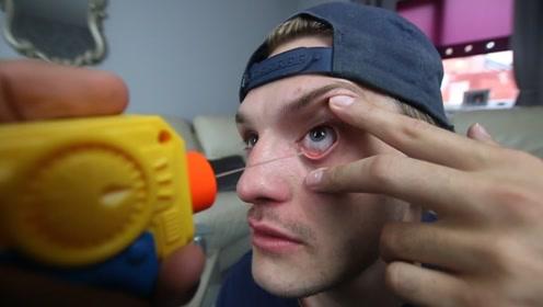 玩具枪灌满辣椒油,射眼睛里是什么感觉?看老外作死的后果就懂了