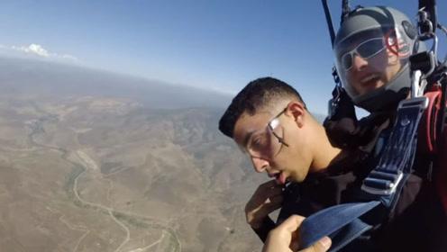 男子为克服恐高症去跳伞 途中晕3次表情太到位