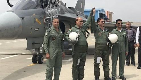"""自卖自夸?印度国防部长体验""""国产""""战斗机 降落后直呼好兴奋"""