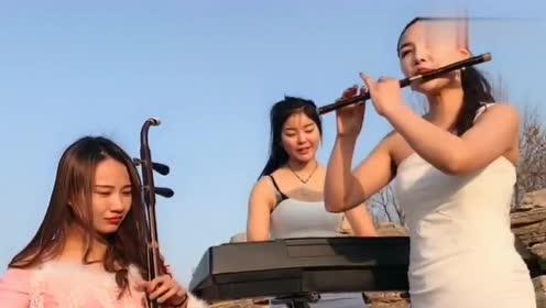 女歌手练习笛子《嘴巴嘟嘟》,可爱的模样,好听!
