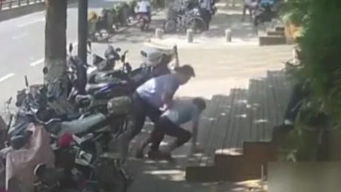 在人群中看了一眼,民警回头扑倒嫌犯
