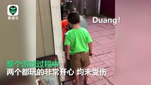 痛并快乐着!两男孩轮流用垃圾桶盖打对方脸玩的不亦乐乎