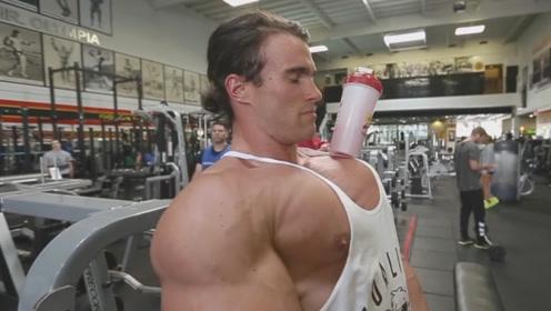 如何检验胸肌的成色,肌肉猛男一个简单的动作,引得无数大佬模仿