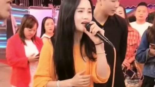 贵阳二小姐唱首《万爱千恩》,一开口就被征服了,在这真是屈才了