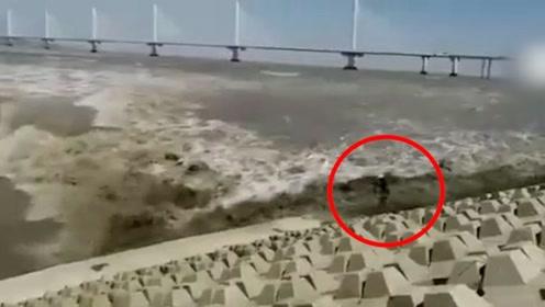 浙江一男子拍照瞬间被潮水卷走 10多秒后又被拍回岸边奇迹生还