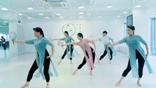 超唯美的一曲《不染》,姐姐们用动人舞姿演绎出歌曲的唯美!