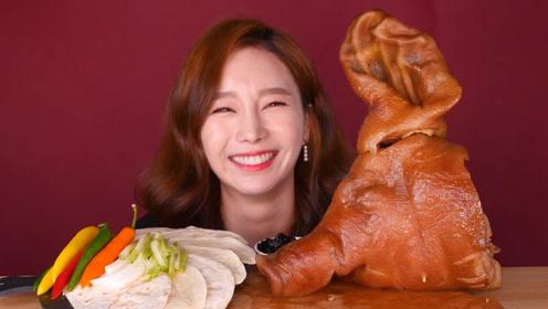 韩国美女吃15斤重的卤猪头,大口大口超过瘾,看的口水直流