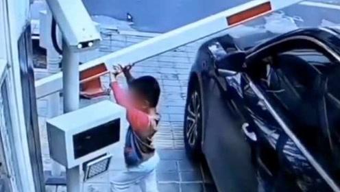 亲爹?男子驶离停车场受阻,破坏自动抬杆后叫娃强行举起