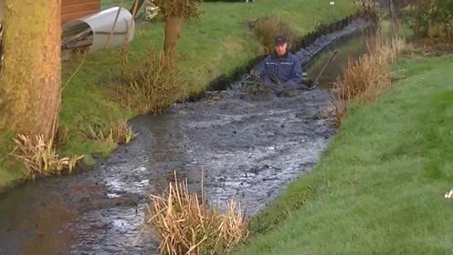 国外牛人发明河道清洁车,车子一过,整条河都干净多了