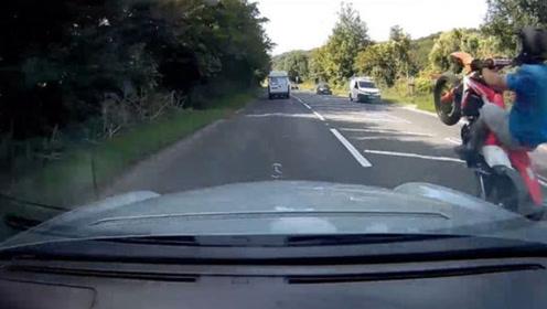 令人唏嘘!英国一摩托车手前轮抬起疯狂超车 目击者:危险又愚蠢